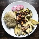 Tahmeaa tofua ja rapeita vihanneksia